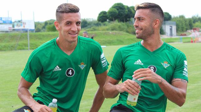 Feddal se reencuentra con Víctor Camarasa. Ambos han sido compñero durante tres años en Levante, Alavés y ahora Betis.
