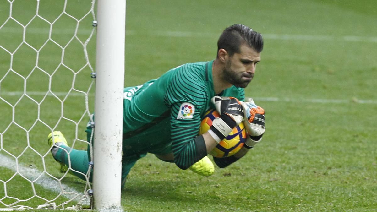Cuéllar atrapando un disparo. 11 titular del Leganés