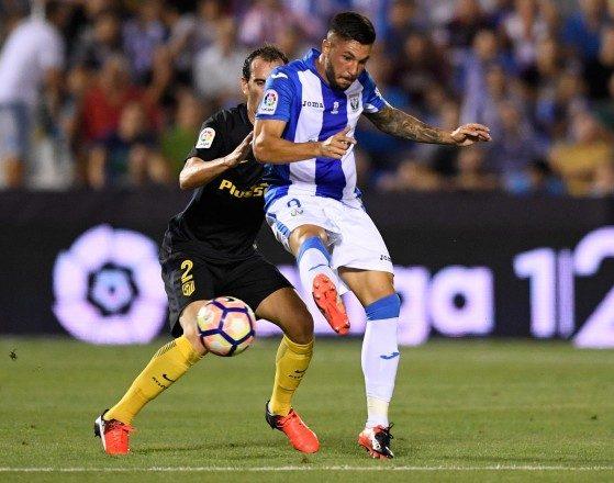 Guerrero disputando la pelota con Godín.