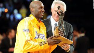 Lamar Odom con el premio de mejor sexto hombre