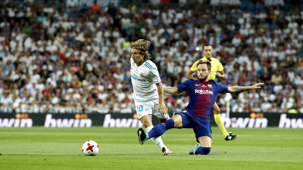 Ivan Rakitic disputa un balón con Luka Modric durante un Clásico.