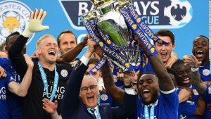 Ranieri y Morgan levantan el titulo del Leicester campeón de la Premier League.
