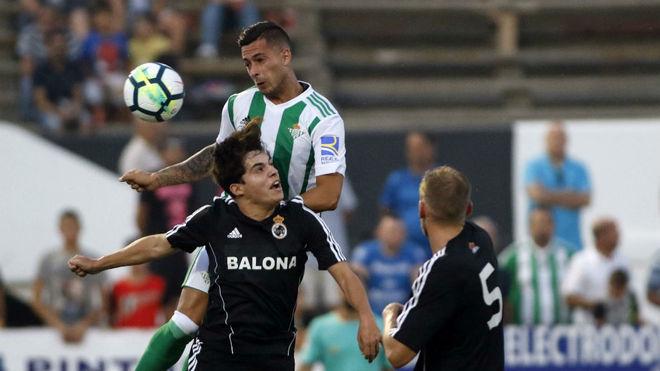 Mal inicio del Betis de Setién. Sergio León pugna un balón frente la Balompédica Linense.
