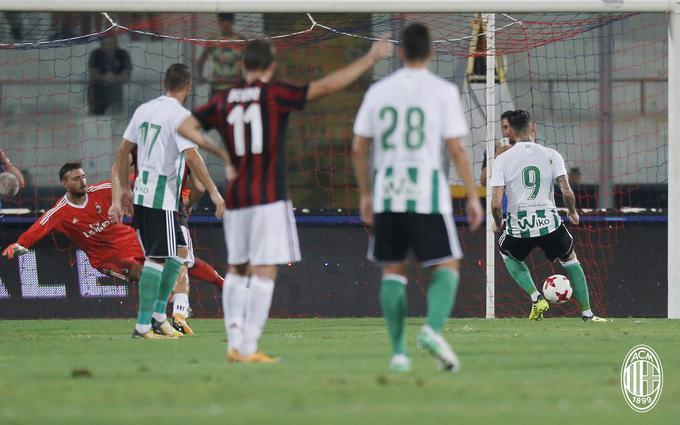 Mal inicio del Betis de Setién. Sanabria anota el penalti que ponía el 1-2 definitivo frente al AC Milán.