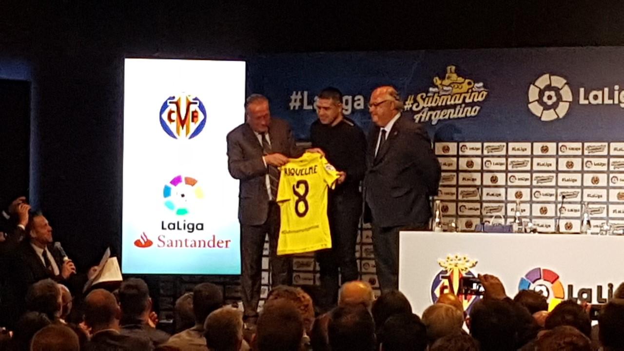 Evento del Villarreal en Buenos Aires. Juan Roman Riquelme recibe su casaca de manos del presidente de la entidad, Fernando Roig.