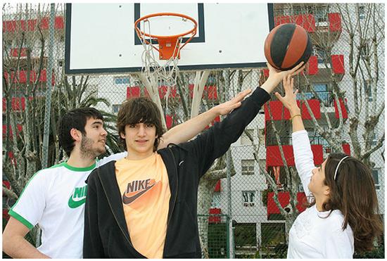 Ricky Rubio, junto a sus hermanos, en la cancha de su barrio.