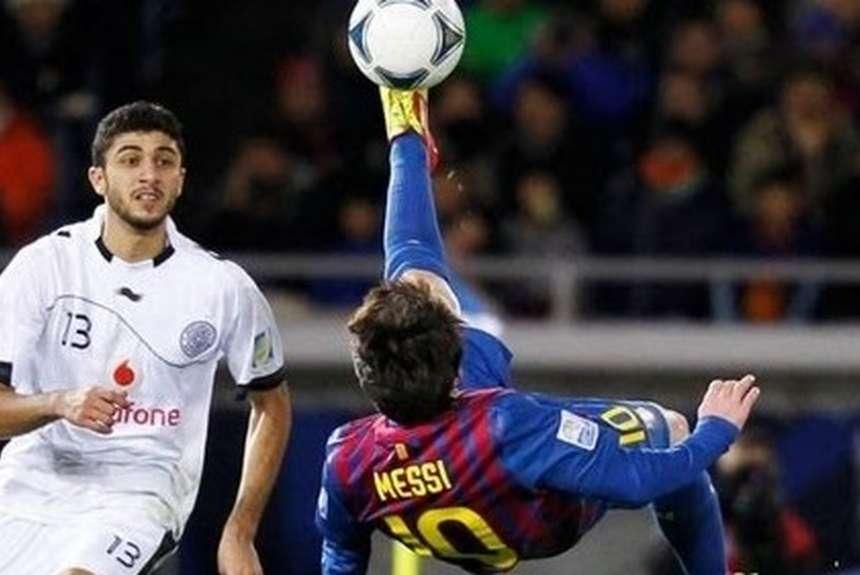 Messi haciendo una chilena en la temporada 11-12.