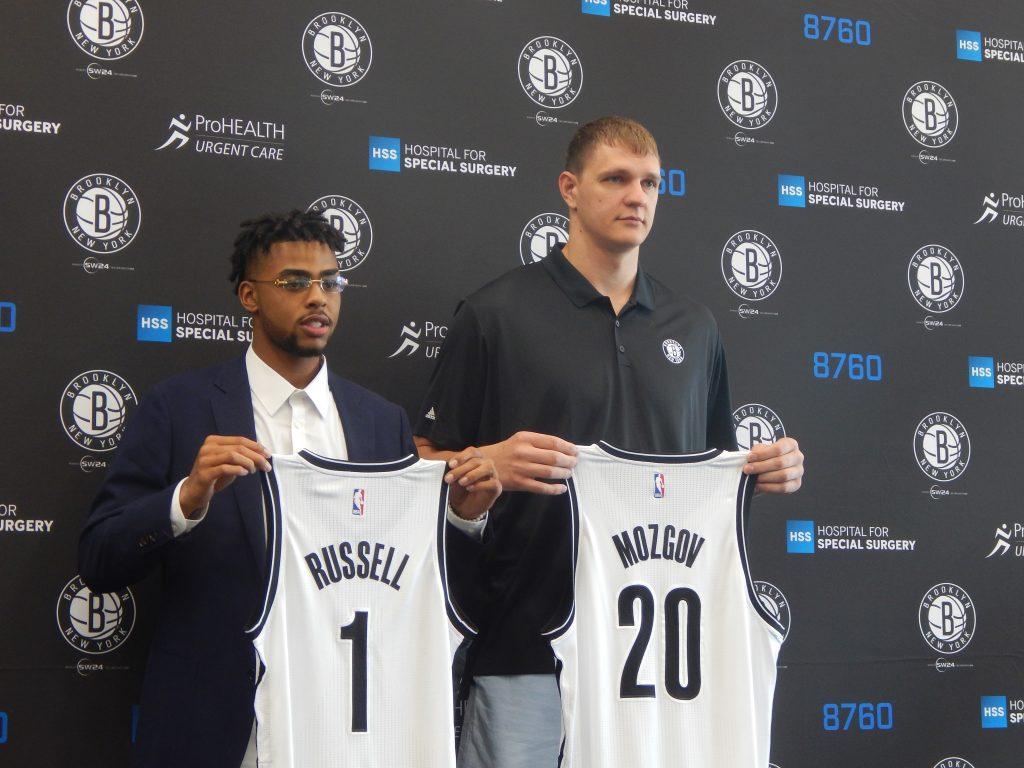 Peores contratos NBA. Russell y Mozgov, en su presentación con los Nets.