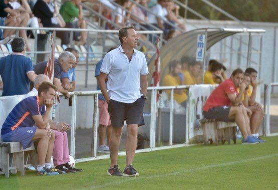 Tito Ramallo dirigiendo desde el área técnica