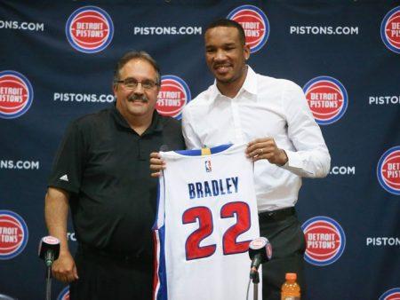 Plantilla Detroit Pistons 2017 18. Avery Bradley junto con Stan Van Gundy