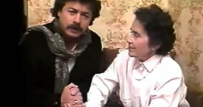 Carlos Caszely con la señora Olga Garrido en una publicidad en favor del No en el plebiscito de 1988.
