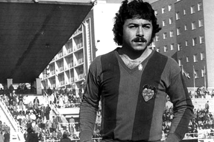 Carlos Caszely con la camiseta del Levante.