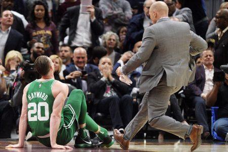 Imagen de la lesión de Gordon Hayward, tendido en el suelo a punto de ser atendido por los médicos.