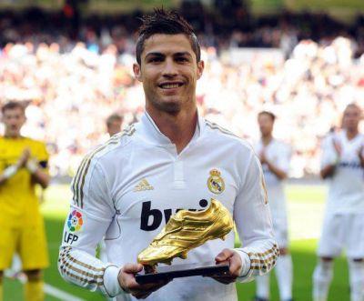 Cristiano Ronaldo posa con una de sus 4 Botas de Oro