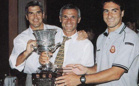 Héctor Cúper, al centro, festeja el primer trofeo de la historia del R.C.D Mallorca.