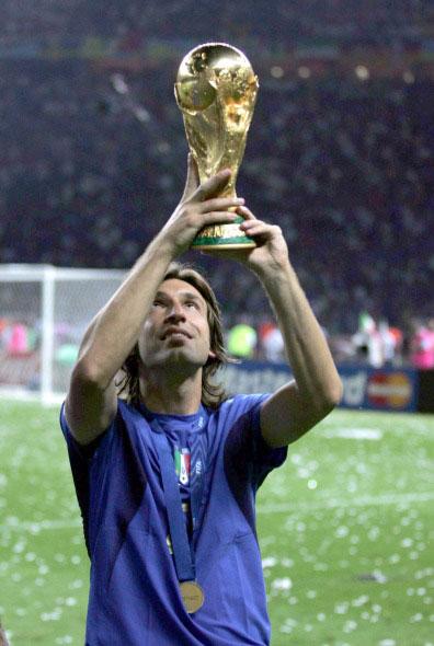 Andrea Pirlo alzando la Copa del Mundo lograda en 2006 contra Francia.