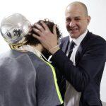 Alberto Herreros felicita a Llull tras la consecución de la Copa del Rey 2016.