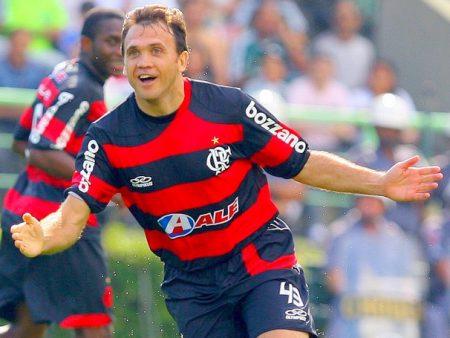 TOP 10 jugadores infravalorados. Sebastián Abreu. Dejan Petkovic festeja un gol con el Flamengo.