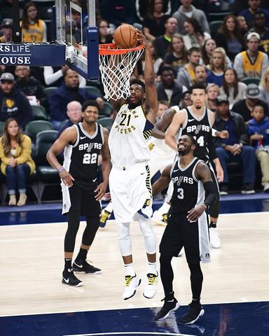 Canasta Pacer en la derrota de los San Antonio Spurs.