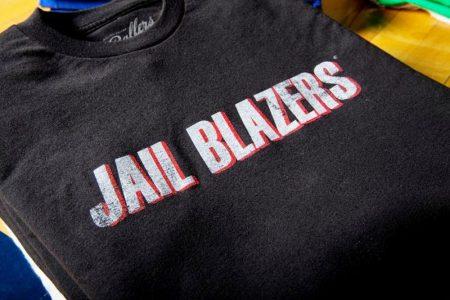 Sudadera de un aficionado de Portland con el nuevo nombre de los Jail Blazers.