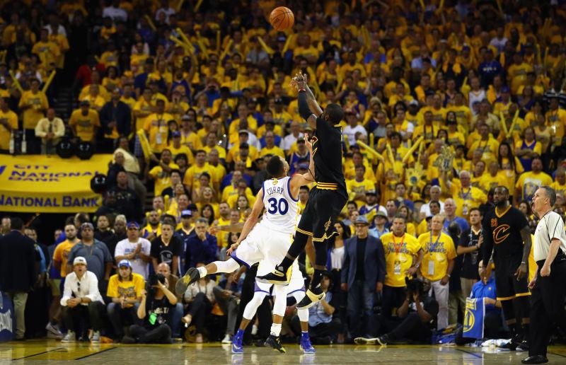 Kyrie Irving ejecutando el lanzamiento de la década, por lo menos. El de la victoria en las finales ante Golden State Warriors.