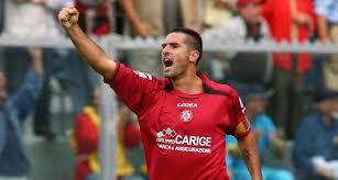 TOP 10 jugadores infravalorados. Lucarelli celebra un gol con el Livorno.