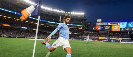 Andrea Pirlo botando un córner durante un partido con el New York City F.C.