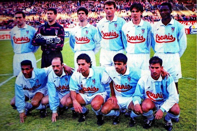 Alineación de la Sociedade Deportiva Compostela en la 94-95: Bellido, Iru, Fabiano, Tocornal, Lecumberri y Ohen; Passi, Abadía, Goyo, Nacho y Villena.