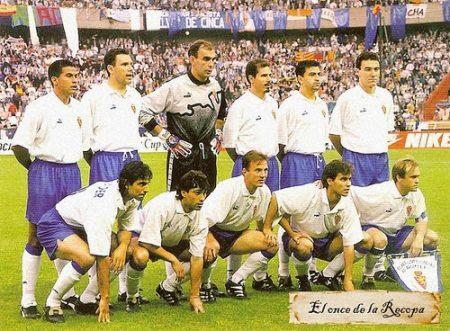 Los 11 héroes del Real Zaragoza en París posan antes del inicio de la final