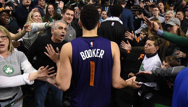 """Resumen NBA año 2017. Boston, rendido al """"nuevo Kobe"""". Devin Booker anotó 70 puntos."""