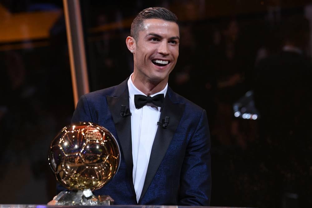 Cristiano ronaldo recibe su quinto balón de oro en París.