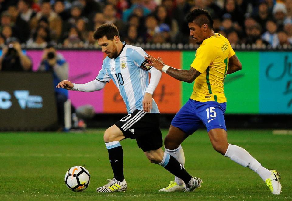Encuentro Messi-Paulinho en el clásico sudamericano. Thesun.co.uk