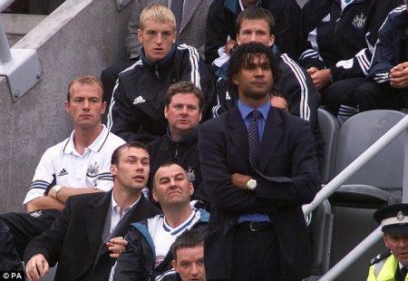 Alan Shearer sentado en el banquillo durante la etapa de Ruud Gullit como entrenador del Newcastle.