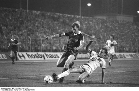 Lance durante un partido entre el Dynamo de Berlín y Hamburgo SV en la Copa de Europa.