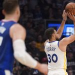 El imparable Curry lanzando a canasta