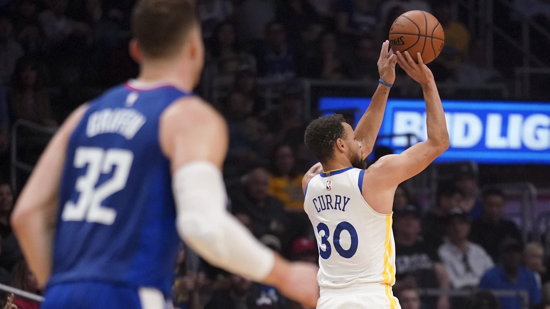 El imparable Curry lanzando a canasta