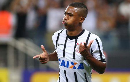Analizando cómo juega Malcom, destacamos que es un jugador al que le encanta encarar. En la imagen, durante su etapa en el Corinthians.