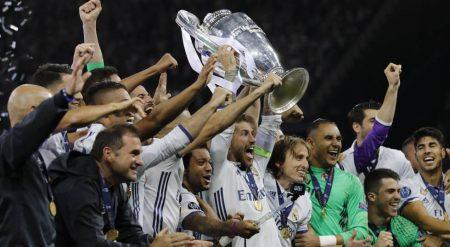 El Real Madrid ha pasado del blanco de los títulos al negro de la crisis.
