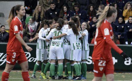 El conjunto de María Pry celebra el gol que le daría la victoria en el derbi sevillano femenino.