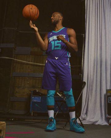 Kemba Walker posa con la camiseta de los Charlotte Hornets.