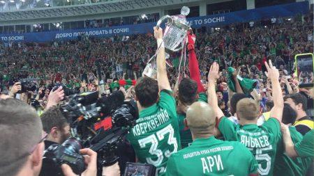 Celebración de los jugadores del Lokomotiv Moscu tras ganar la Copa, dirigidos por Yuri Siomin.