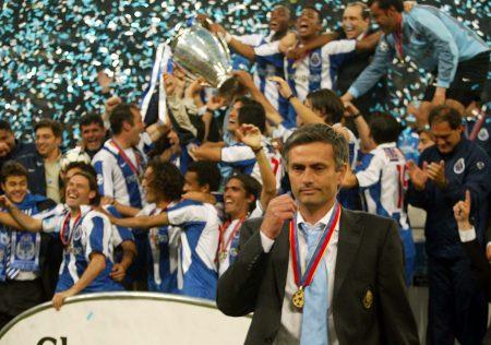 José Mourinho con su primera medalla como campeón de Europa con el Oporto