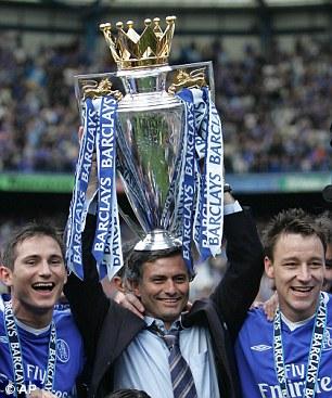 José Mourinho levantando la Premier League en su primera etapa en el Chelsea
