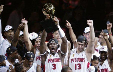 Big Ben Wallace levanta el trofeo de campeón de la NBA con los Detroit Pistons.