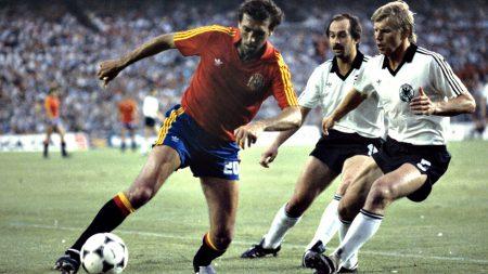 Quini conduce el balón frente a dos jugadores de la selección alemana durante uno de los partidos disputados con España.