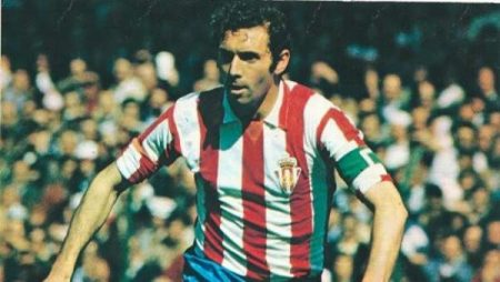 Enrique Castro Quini durante un partido con el Sporting de Gijón.