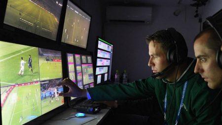 Tecnología en el fútbol. Asistentes de video, rearbitrando un partido mediante el VAR.