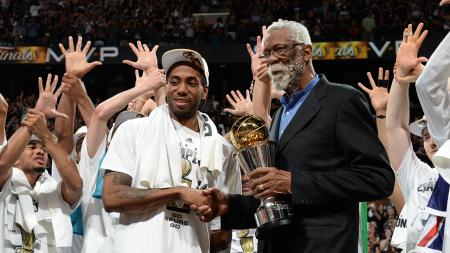 Kawhi Leonard con el premio al MVP de las Finales.