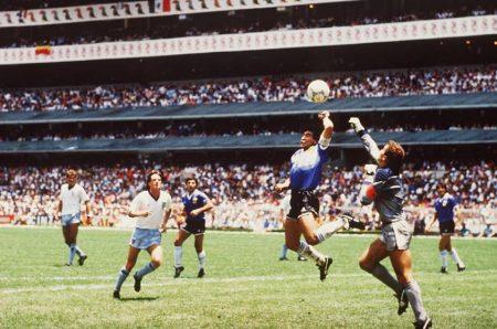 La mano de Dios de Maradona frente a Inglaterra no se habría producido con la tecnología en el fútbol.