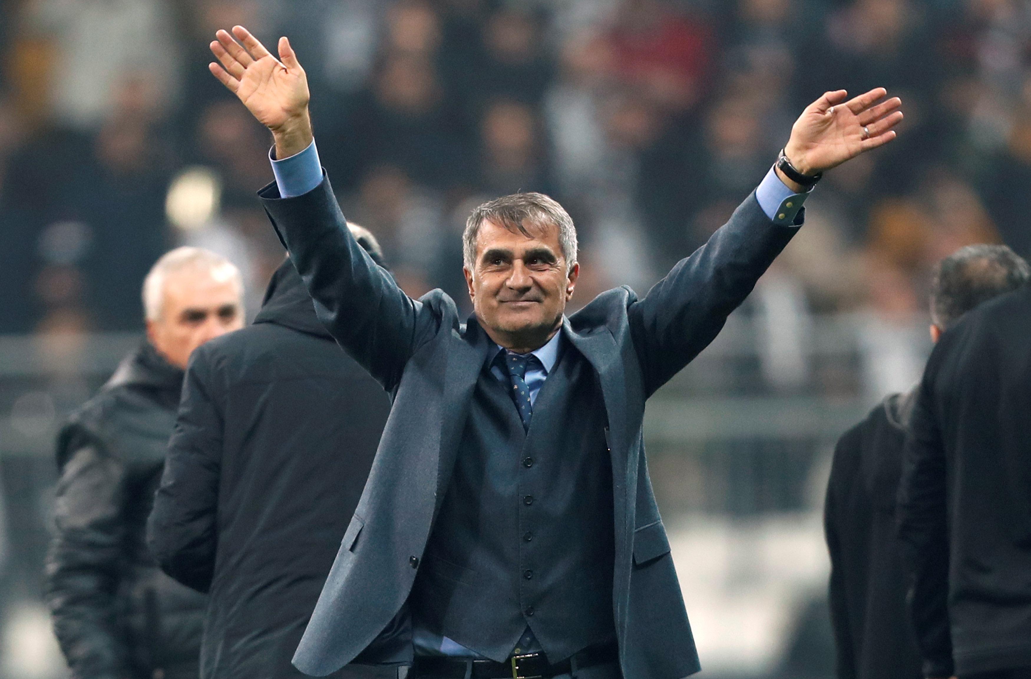Senol Günes ovacionado por la afición del Besiktas
